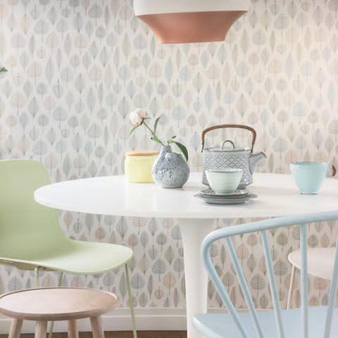 Nå er det vår!Duse pasteller er nydelig...Mal gamle kjøkkenstoler,krakker,-og de blir som nye!Og med litt tapet på veggene blir det nytt kjøkken...#tapet#ecoreflections#borge#maling#pastell#lystoglekkert#fargerikerosland