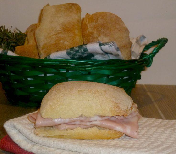 cazzotti di semola, pane di semola con lievito madre, è un pane abbastanza veloce da fare, un po' scrocchierello e saporito, ma morbido il suo interno