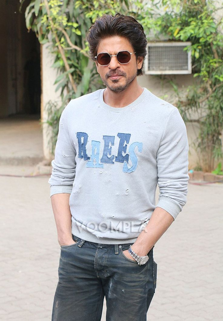 We clicked SRK wearing a Raees sweater... via Voompla.com