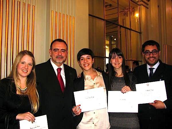 Alumnos de Relaciones Públicas de la Universidad Nacional de Lomas de Zamora,  ganadores de la Medalla de Oro en las Olimpíadas de RRPP, junto al Profesor Adrián Arroyo.