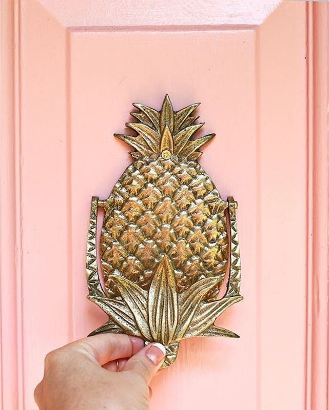 This shiny pineapple door knock has *all* the summer feels.