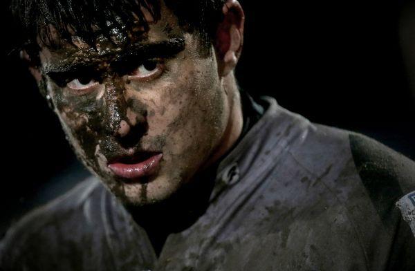 Catégorie Sports Non-Action, 3ème prix, James Crombie (Inpho Sports Photography).   Diminué.    Tiernan O'Halloran de l'équipe du Connacht's écœuré après avoir perdu contre Biarritz lors d'un match de la coupe Heineken (coupe d'Europe de rugby).