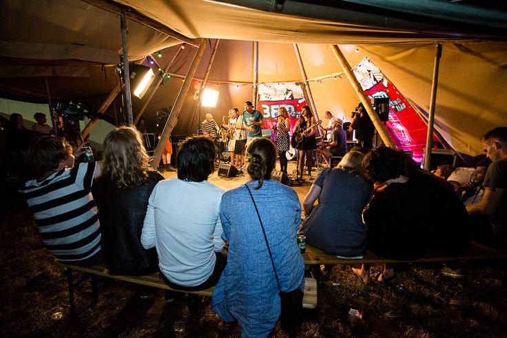 Splendid in de tipi op Zwarte Cross.  Fotografie: 3FM/Ben Houdijk