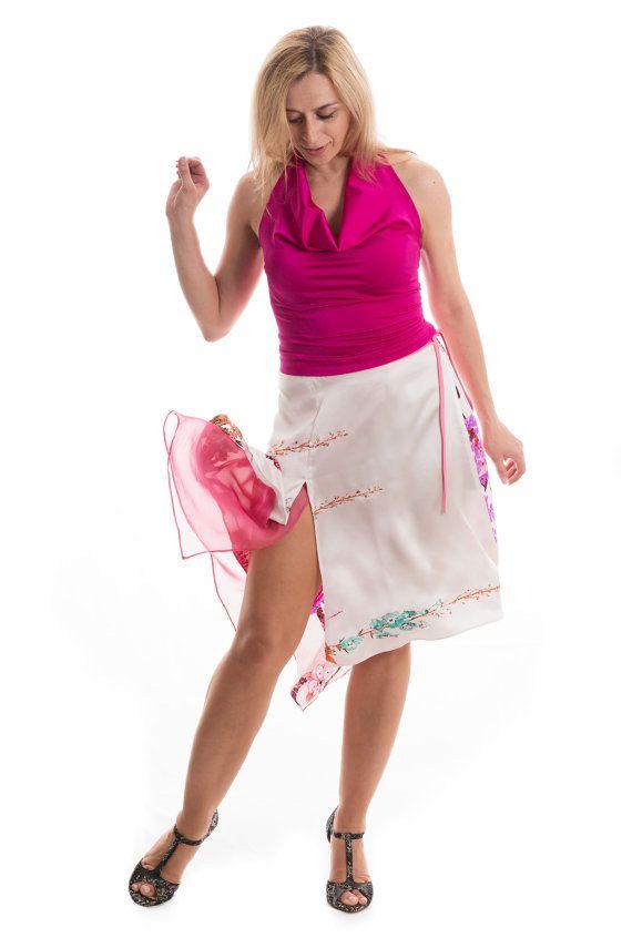 ¿Lo que nos gusta de esta falda? Una deber-tiene la falda... look seductor y muy femenino te hará sentir ganas de bailar. Hecho de tela 100% arruga resistente lavable a mano de seda pura. Suave y delicado tacto. agudo cola trasera, delantera raja profunda, invisible cremallera trasera. Tamaño para adaptarse a tu silueta: S: cintura: 27-28 frontal: 21 trasero: 27 M: cintura: 29-30 delantero: 22 atrás: 29 L: cintura: 31,5- 33 frente: 24 Back: 31 Color: Como se muestra en las fotos Tela y…