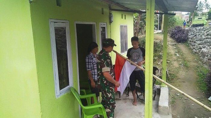 Sertu Rahmat Turun Ke Rumah Warga Ajak Pasang Bendera Merah Putih Merah Pedesaan Putih