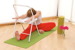 yoga con silla beneficios e indicaciones  yoga