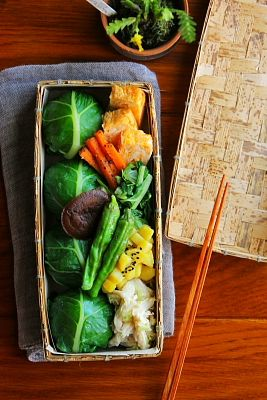 """""""It leaves winding rice ball (White rice, swiss chard, whitebait) It tossed Negishio wasabi chicken fillet Omelet of egg of Takamine Tossed with basil of swiss chard Sesame of carrots Fried salt butter of sweet potato Shiitake of Uman Grilled and Shi Tang"""""""
