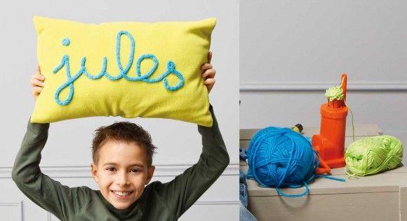 A chacun son coussin, customisez le vôtre en écrivant votre prénom dessus avec un cordon réalisé au tricotin.Vous n'avez jamais utilisé de tricotin, pas de problème, laissez vous guider ...