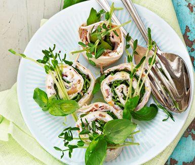 Kryddig pastrami och medelhavsinpirerad mascarpone med finhackade oliver och citronskal ger skön smak åt  de här tortillastubbarna. Enkel och god smårätt.