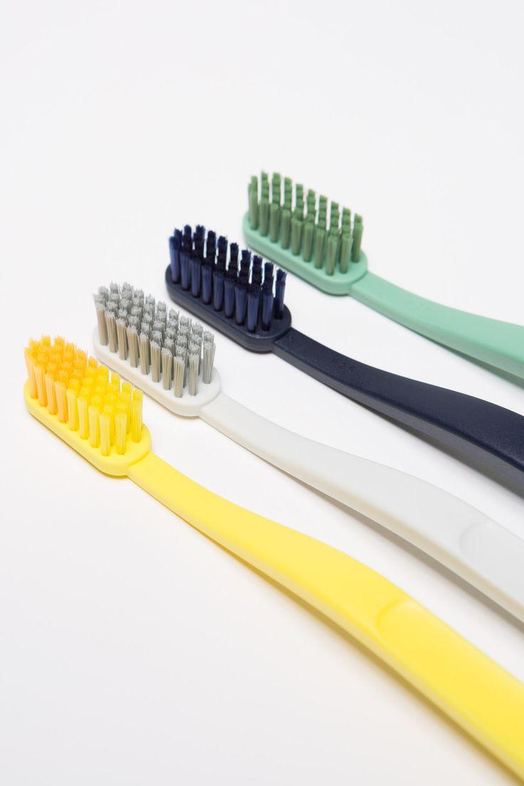 Tandborste i design av Andreas Engesvik för HAY. Tillverkad av Jordan. Finns i fyra färger.