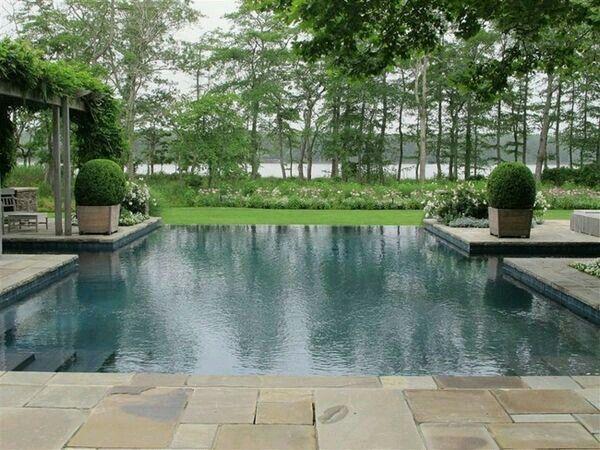 Bei der tollen Schwimmgelegenheit möchte man doch glatt ins kühle Nass springen - eine wunderschöne Anlage.