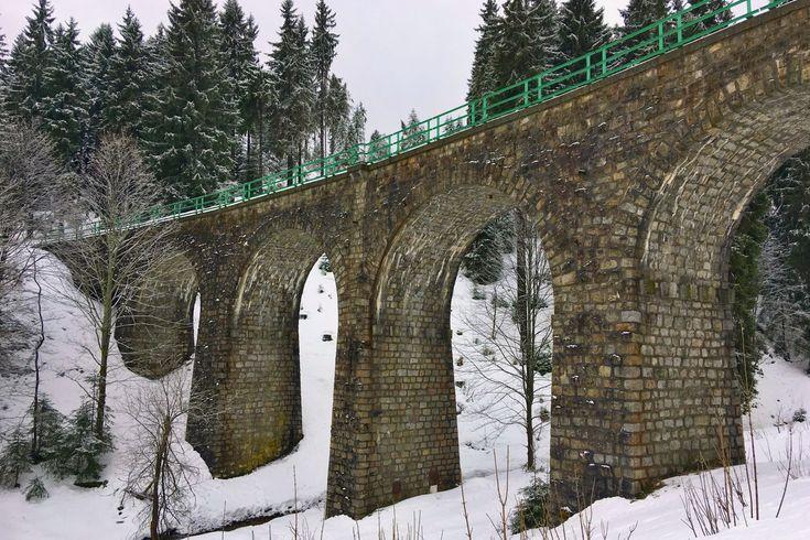 Výše položený viadukt v Česku nenajdete. V Perninku na Karlovarsku stojí ve výšce přes 900 metrů nad mořem obloukový most, který je součástí druhé nejvýše položené železniční tratě i železniční stanice u nás.