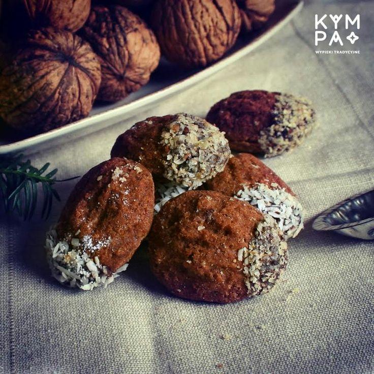 Dwie, kruche, kakaowe skorupki, skrywają pod sobą delikatny, rumowy ganache. Całość delikatnie zamoczona w deserowej czekoladzie oprószonej wiórkami kokosu lub zmielonymi orzechami włoskimi :)