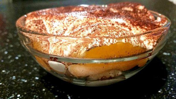Rychlé mlsání z mandarinek Dnes ti prozradím mandarinkové mističky. Nedávno mi kamarádka podstrčila ke kafíčku neskutečnou lahůdku - nepečeného dortíka. Hned po prvním soustu mi lítala propiska po papíře, protože mi bylo jasné, že tento recept bude u nás doma hodně vítězit.   A já si recept převedla na mandarinkové mističky. Myslím, že až tuhle dobrotu ve zdravé podobě ochutnáš, taky si budeš pilně zapisovat….:-).