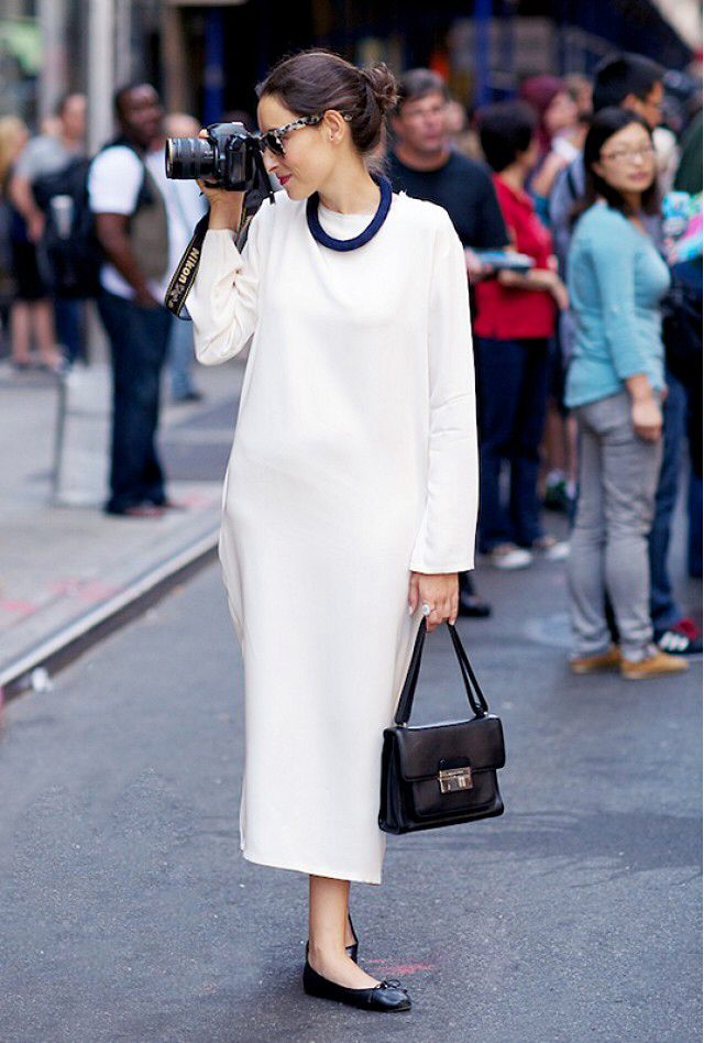 Monochrome white ensemble accentuate with black accessories. The wide jumper over the narrow but not body hugging almost to the ankle length skirt is a interesting silhouette