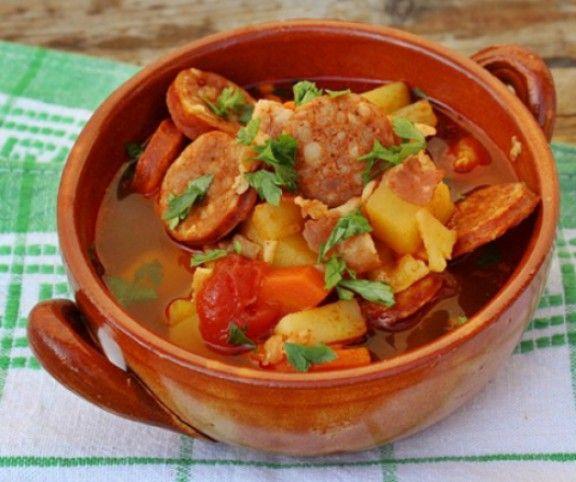 Egy tányér házias levessel nem ér fel semmi. Ráadásul kevés és olcsó alapanyagokból is isteni leveseket lehet készíteni. 11 olyan receptet mutatunk nektek, ami nemcsak pénztárcakímélő, hanem tartalmas és finom levest is készíthettek belőle.
