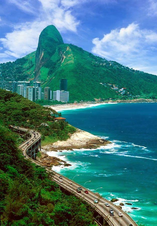 Daqui vemos as pistas super-postas que ligam a Barra da Tijuca ao Leblom , passando ao lado de favelas conhecidas , até internacionalmente .