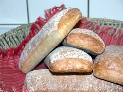 Ciabatta är ett kalljäst bröd som betyder toffel på italienska. Det är ett smakrikt matbröd som passar till frukost, lunchmackan eller varför inte till picnicen!