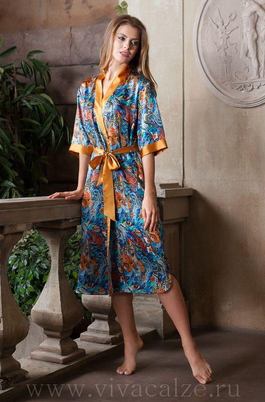15139 Кимоно  Состав: 100% натуральный шелк  Коллекция YESENIA.  Длинный халат Миа-Миа прямого силуэта выполнен из натурального шелка с фантазийным принтом.