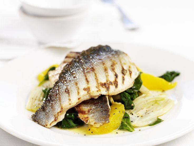 Fisch und Spinat sind eine gute Kombi. Seebarsch vom Grill mit Spinat und Orange - smarter - Zeit: 15 Min. | eatsmarter.de