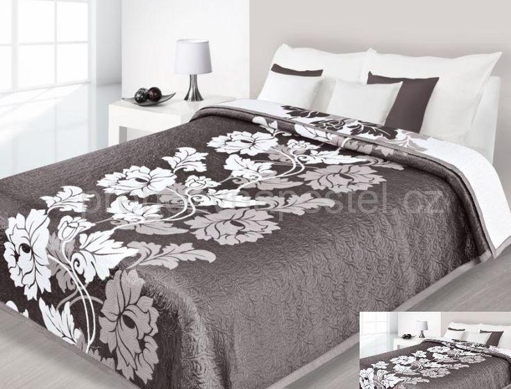 Hnědo bílé oboustranné přehozy na postel s květinami
