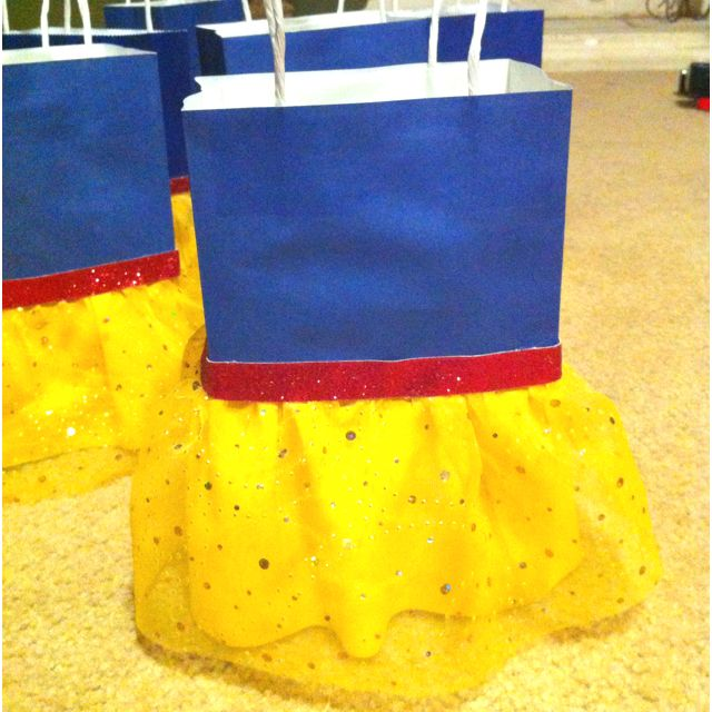 Snow White party bags! Easily turned into other princesses (because I don't think I could handle so much Snow White in my life...)
