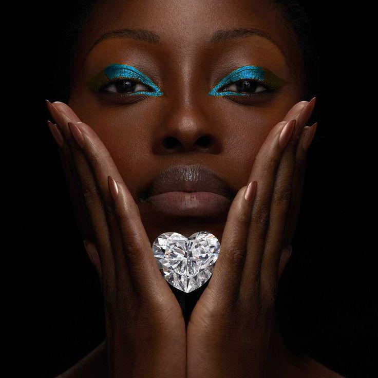 Een nieuw record in de diamantenwereld! 'The Graff Venus' is met haar 118.78 karaat de grootste, door GIA gecertificeerde, hartvormige diamant òòit. #diamond #bigheartdiamond #beautifuldiamond #diamondsbyme