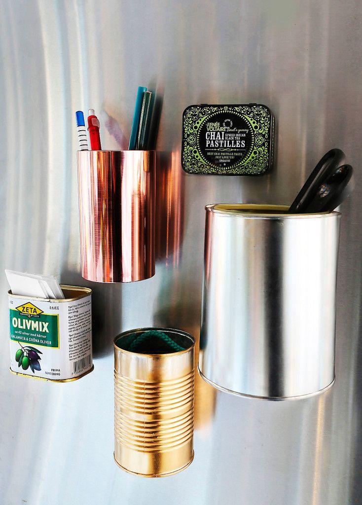 Brukar småprylarna vara på vift? Limma fast magneter på baksidan av några dekorativa burkar och sätt fast dem på kylskåpet, så finns alltid pennor, suddgummin och saxar nära till hands!