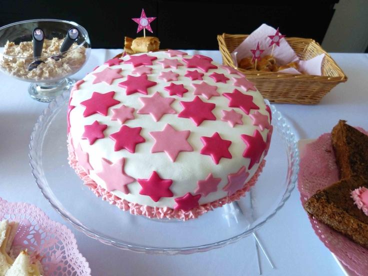 Para a festa das estrelas e para celebrar o aniversário da Baba, fiz um bolo de morango coberto com pasta portuguesa. O remate foi feito com chantilly cor de rosa. A cake full of stars for a little girl's birthday: my nice Barbara. It's a strawbery cake covert with fondant. Made by me.  My inspiration: a star cake http://toriejayne.blogspot.pt/2009/12/christmas-cakes.html