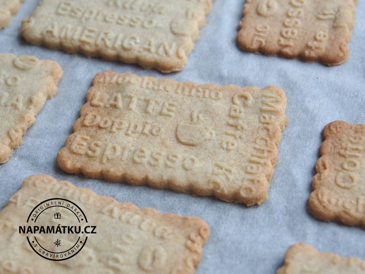 Máslové sušenky s originálními texty vytlačenými do těsta pomocí embosovaného válečku ...