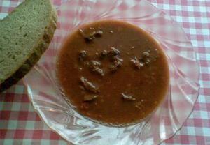 Na sádle orestujeme drobně pokrájenou cibuli a přidáme na kostky pokrájené maso. Když je maso opečené přidáme papriku a krátce orestujeme, ihned pak z...