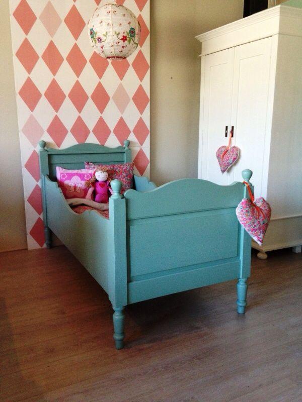 Frisgroen antiek junior bed. Voor meer details en onze voorraad antieke bedden kijk op www.olijk nl