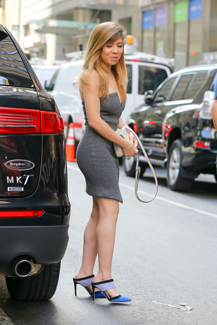 Side view of Jennette McCurdy's Beautiful sexy Gray Dress.