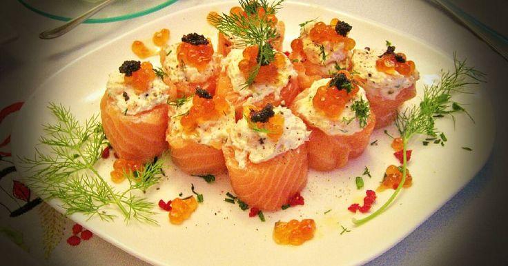 Minirollos de salmón ahumado rellenos: Salmón ahumado, queso de untar, nueces picadas, huevas de salmón y de lumpo, eneldo fresco, sal y pimienta