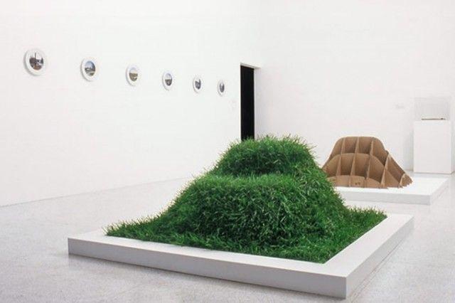 芝生の種と土、段ボールを使って自分で育てる新感覚のソファ「TERRA!」を紹介します。2000年にミラノで開催された国際家具見本市「サローネサテリテ」で初めて「TERRA!」が紹介され、再度生産を始めました。「TERRA!」は、世界にひとつしかない家具を作れます。一通の手紙をきっかけに、生産を再開しました。