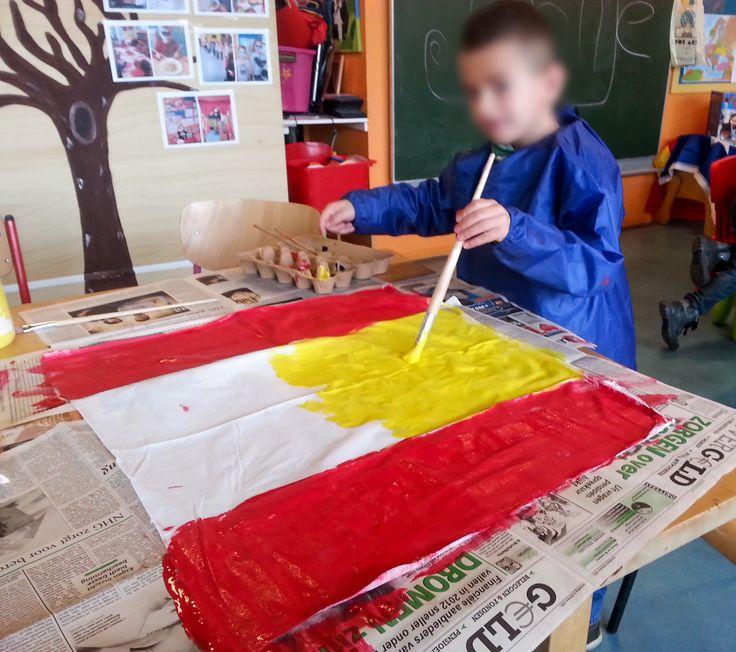 Spaanse vlaggen van stof. Gemaakt van een kussensloop. 2 kussenslopen door midden geknipt, hiervan 4 vlaggen gemaakt.