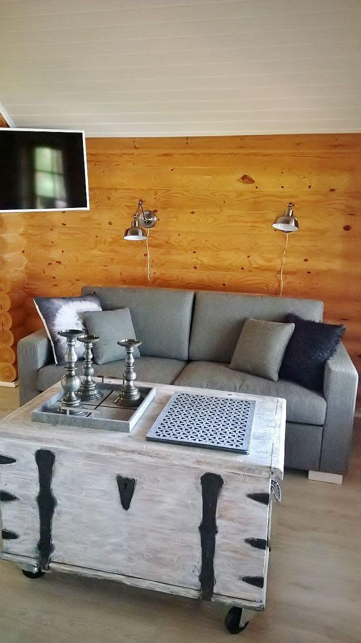 Summerhouse renovation. Vanha arkku sai uuden pintakäsittelyn, ja toimii nyt vuodevaatteiden säilyttimenä ja sohvapöytänä.