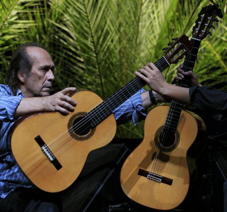 Antonio Sánchez cambia la guitarra a Paco de Lucía durante un concierto en la Bienal de Flamenco en Sevilla, octubre de 2010.