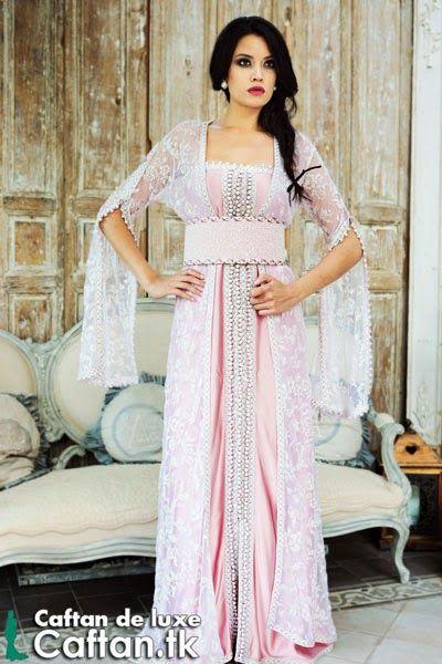 On vous lancer une robe de soirée attrayante qui égaye les yeux en couleur blanche fraîche, caftan haute couture en satin de soie et brodée avec fil blanc « sfifa » et façon «aakad»...