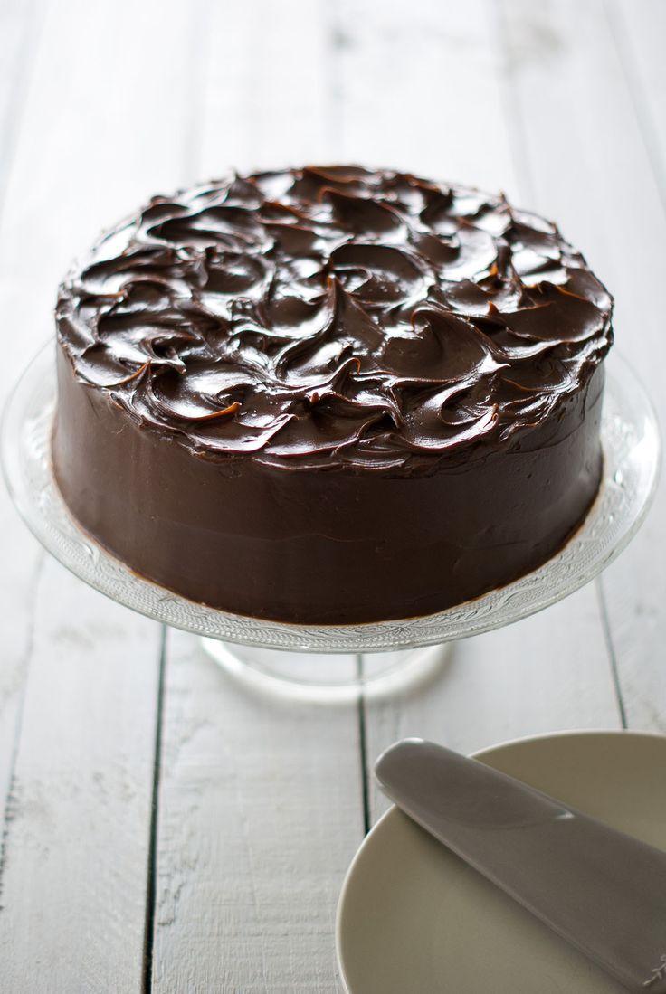 Un «gâteau de boue» ou «mud cake» ça vous tente? Pour les chocolat-addicts comme moi, nul doute que cette recette devrait vous plaire… Une délicieuse overdose de cacao inside and out dans un gâteau moelleux à souhait surmonté d'un glaçage fondant… A se damner… PS: Mesdames, je préfère vous le dire de suite, cette recette n'est PAS très adaptée à votre régime «bikini-plage» de cet été. Mais bon, on s'en fiche un peu, il faut savoir se faire plaisir n'est-ce pas?