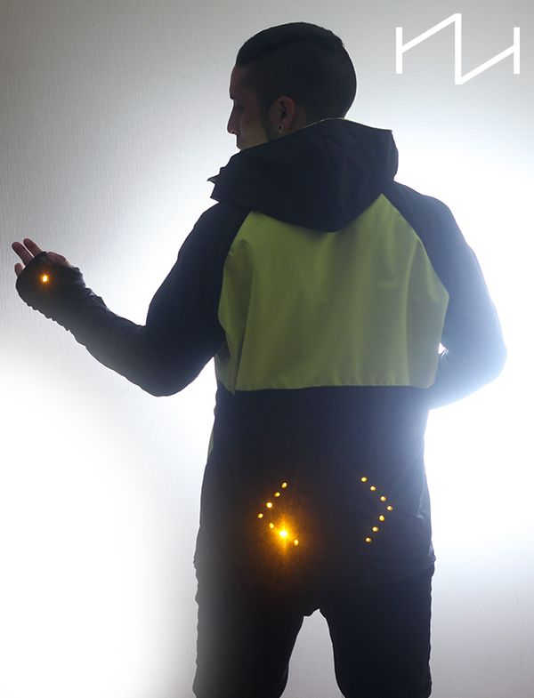 TEKNOLOGI INDBYGGET I TØJET  Kan være LED lys, men også chip sæt der gør det mulig at se om krops-temperaturen er for varm eller for kold, og derefter selv regulere luft ind og udtag. Wearable Technology Jacket for Cyclist. Safe, easy, and affordable.   http://www.smartwardrobes.com/sports-wearable-tech/cyclists-turn-signal-jacket/