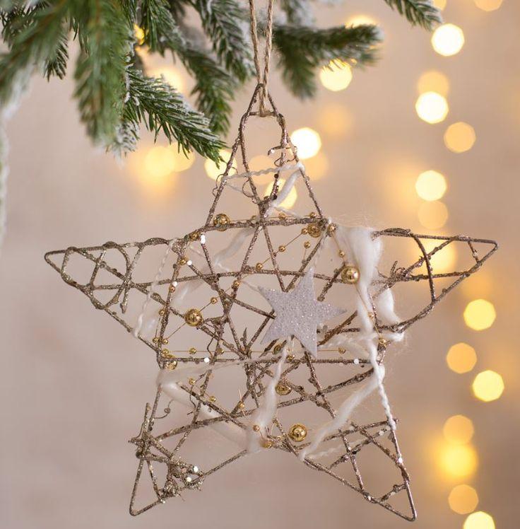 Apuesta  por  unas  fiestas  en  las  que  predominen  los elementos  inspirados  en  la  naturaleza, como estos adornos con forma de estrella hechos de ramas secas y cuerda de yute.