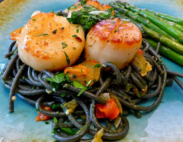 Delicious Squid Ink Pasta with Scallops and Fresh Vegetables | This is an elegant (and easy!) dinner recipe that's perfect any night of the week.