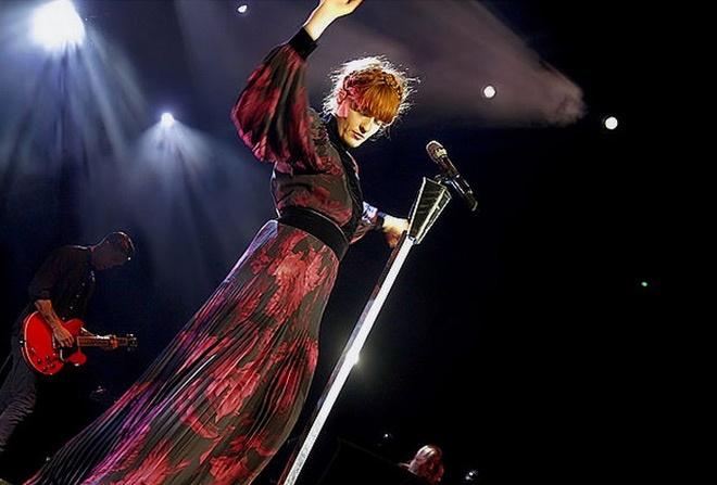 Florence Welch, alias Florence + the Machine, betoverde op zondag 25 november de hele Lotto Arena met haar innemende persoonlijkheid en sterke songs!    http://www.flickr.com/photos/sportpaleis/sets/72157632100966685/