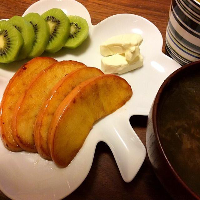 今日の夕飯〜 ランチのご飯大盛り、1合半はあったけど完食しちゃったので、食べたい物を食べたい量だけ! - 20件のもぐもぐ - 焼きりんごクリームチーズ添えとキウイ、とろろ昆布と鰹節の簡単お吸い物 2015.1.7 by kirahime