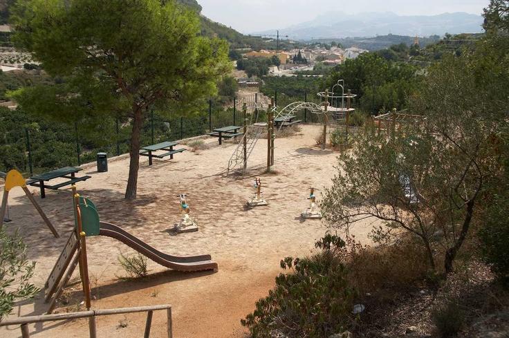 Área de acampada y recreativa que dispone de todo tipo de servicios. Contactar con el ayuntamiento: Tel. 965571358