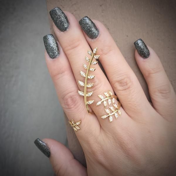 - Our Golden Wreath Double Finger Rings makes a powerfully glamorous statement with its elegant, romantic leaf design that trails down as if these leaves were blowing in the wind. This elaborate yet s