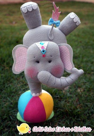 Elefantinha equilibrista e sua bola.    ATENÇÃO:Pode-se trocar a cor do elefante e seus acessórios.    Medidas aproximadas*