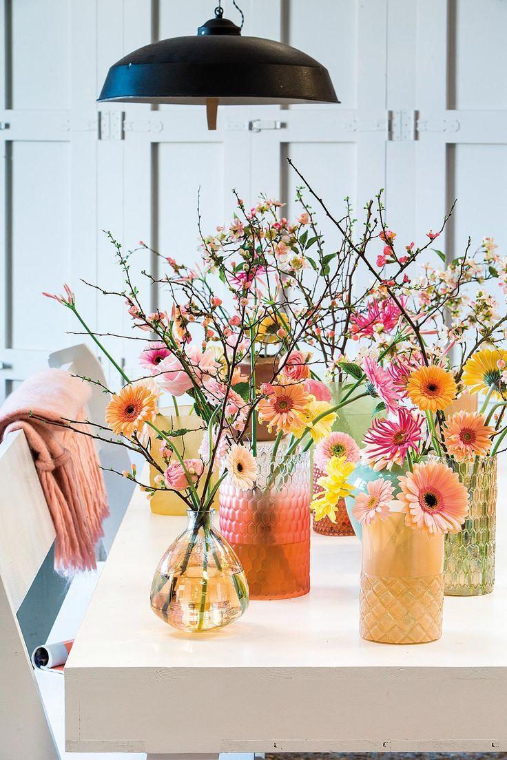 Multiple pink gerbera bouquets on a table #pinkegerberas #whitegerberas #inspiration #colouredbygerbera #dutchgerbera
