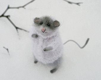 Rato cinzento em uma camisola branca, Bonecas e Miniaturas, Animais, Escultura macia, artista Collectible, Angora Malha Animais